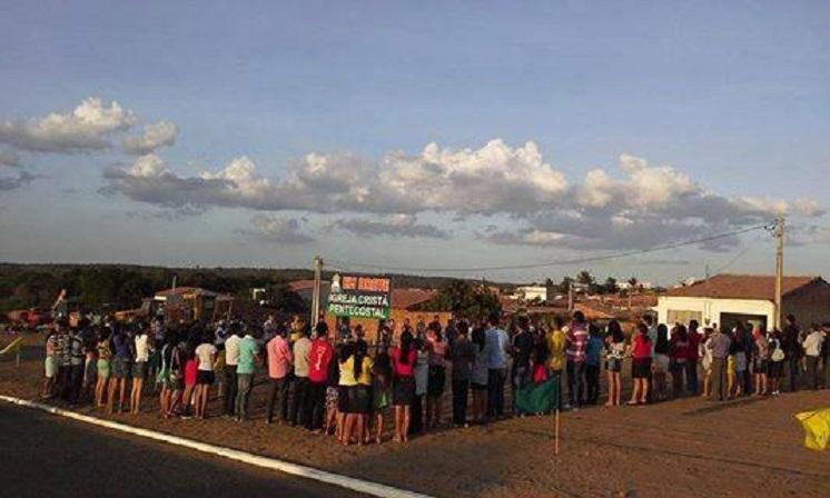 Irmãos oram no novo terreno da ICP Tianguá.